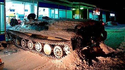 俄罗斯男子驾驶偷来坦克撞开超市