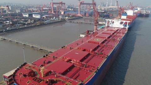 全球最大的40万吨级矿砂船在上海交付