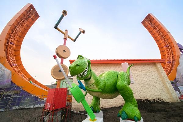 """图说:抱抱龙和特蕾西在""""迪士尼·皮克斯玩具总动园""""安装完成 迪士尼供图 (2).jpg"""