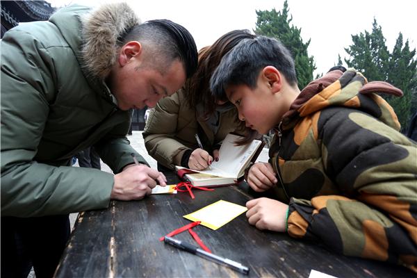 朱宸昊和父母共同祈愿 嘉定博物馆供图.jpg