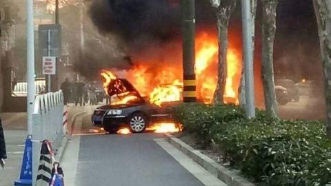 又有车辆起火了!宝山区漠河路一辆大众轿车被烧成空壳