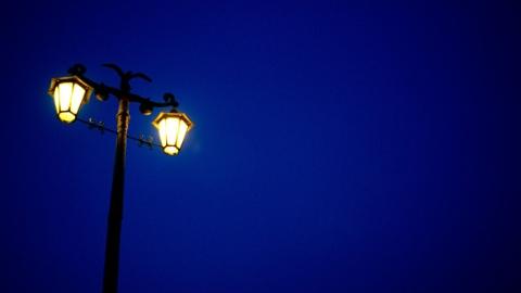 """古镇弄堂白天迷人 夜晚黑漆漆 居民回家路""""盲走""""十多年"""
