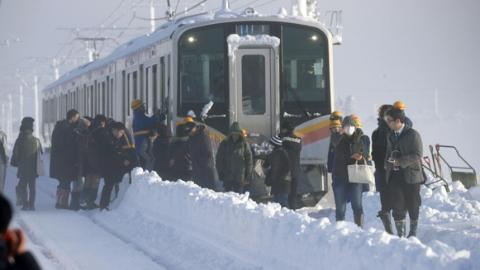 日本中部地区大雪多人伤亡交通混乱