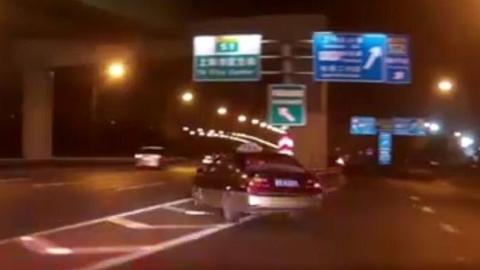 克隆出租车违停逃逸 司机两次被处行政拘留
