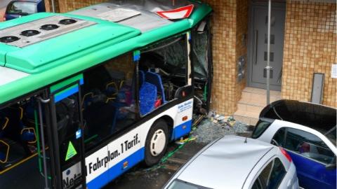 德国一校车失控撞墙 致48人受伤