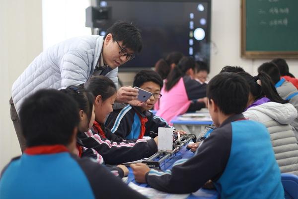 图:磁性课堂:物理区级教学展示活动——将同屏技术运用于磁性课堂(校方供图).jpg