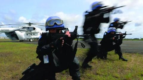 """中国""""蓝盔""""践行大国担当!致敬中国驻利比里亚维和警察防暴队"""