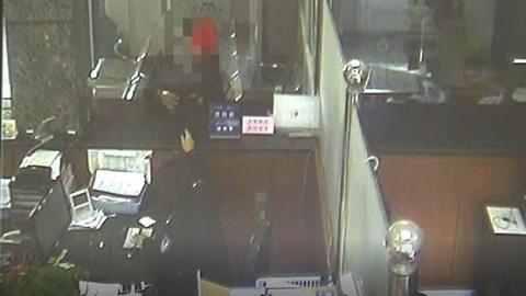 处理交通违法时露马脚,一女子在交警窗口被擒获