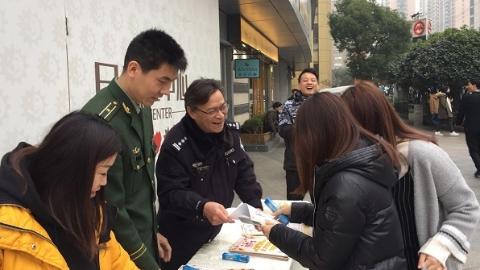 男子欲将陈年烟花寄到亲戚家 在快递站被民警遇个正着