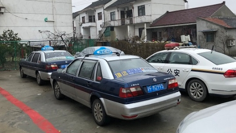 夸张!2辆克隆出租车竟套12张车牌  行驶里程均过70万公里