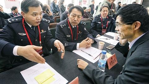 """上海市政协举行现场咨询活动 39家单位""""摆摊""""解答委员问题"""