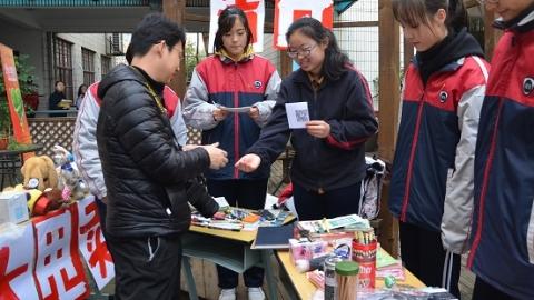 """虹口一中学举办""""商业嘉年华"""" 在商业活动中体会诚信法则"""
