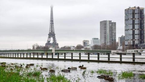 持续降雨 塞纳河水位不断升高