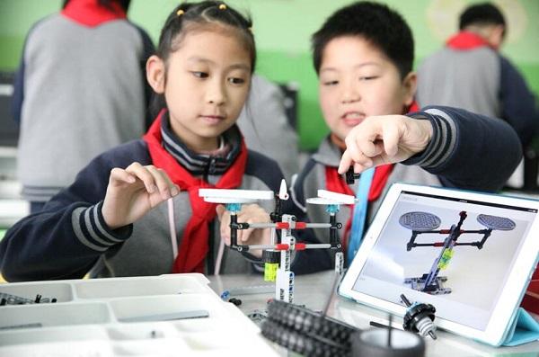 图:平南小学学生学生在机器人课上搭建天平(校方供图) - 万能看图王.jpg