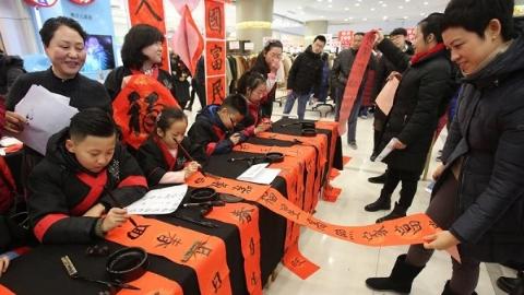 社区新发现|小学生走进生活广场为市民书写春联