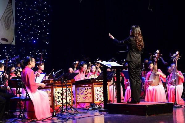 """图4:图为""""七彩韵""""民乐团在成立十周年之际,在上海城市剧院举办的民乐专场演出。(校方供图).JPG"""