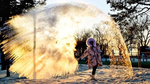 一甩一跳,泼水成冰:今冬,在哈尔滨玩乐新冰趣