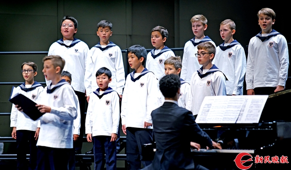 维也纳童声合唱团在演唱《男孩们,开始唱吧》-郭新洋.jpg