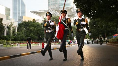 为祖国庆生  上海军民今晨在人民广场举行隆重升旗仪式