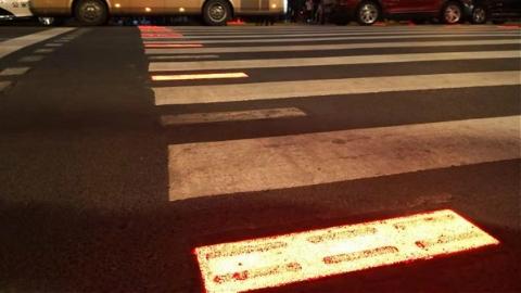 LCD屏实时曝光闯红灯者 外滩启用全国首套新型行人过街提示系统