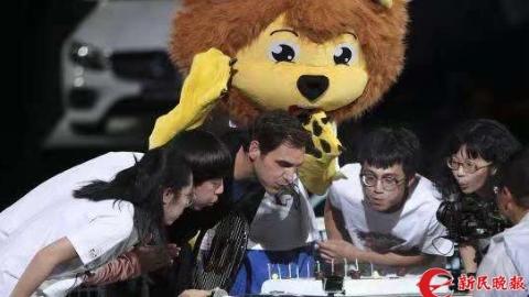 吹蜡烛许心愿唱中文生日歌  费德勒与球迷共庆上海大师赛十周年