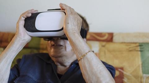 玩虚拟现实游戏治疗老年痴呆症