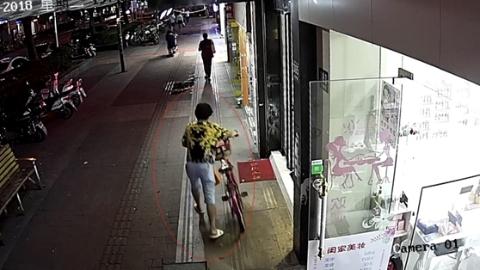 美甲店等女友六旬翁顺手机被刑拘