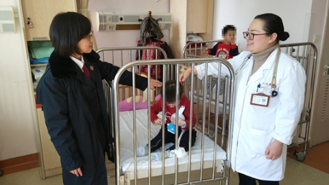 家有两套房月入过万  却将女儿遗弃医院近两年 如此父亲令人心寒