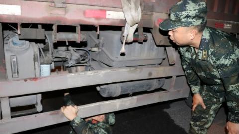 惊险!武警官兵疾驰拦下起火卡车,为群众挽救百万元财产损失
