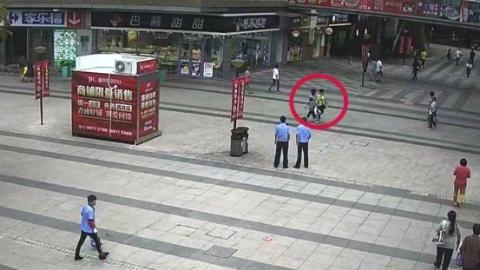 女子超市结账时贪心偷拿他人钱包 殊不知一举一动已全被监控拍下