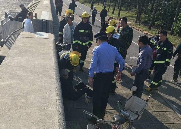 老人被消防和民警救上了岸.jpg