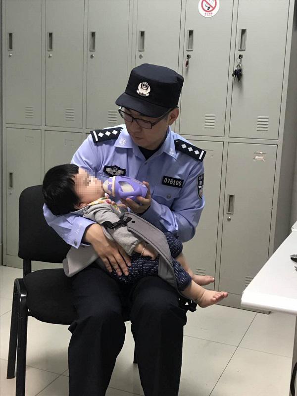 轨交民警照顾婴儿.JPG