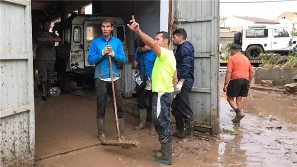 纳达尔参加灾后清理 (2).png