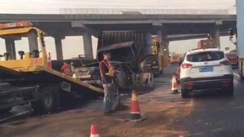 申嘉湖高速今晨一货车与轿车相撞 轿车被烧得只剩铁架