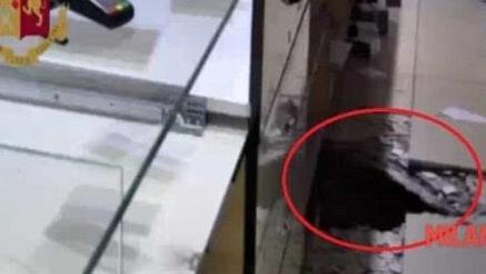 意大利一伙盗贼挖地道偷窃珠宝店