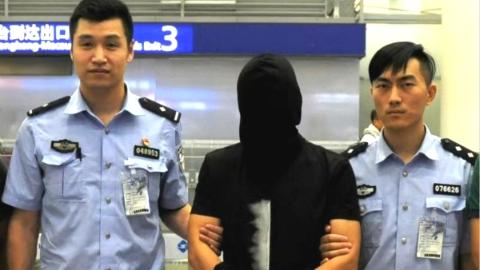 """上海警方跨境抓捕将""""卓寿金融""""实际控制人裴某押解回沪"""