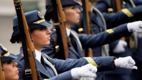 女兵亮相西班牙国庆阅兵式