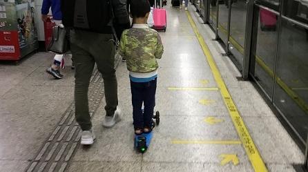 危险!幼童在地铁内玩滑板车 轨交回应:不超标可携带但不得使用