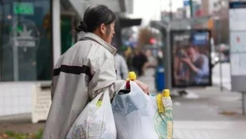 感动加拿大!亚裔妇女21年回收空瓶换钱捐赠癌症基金会