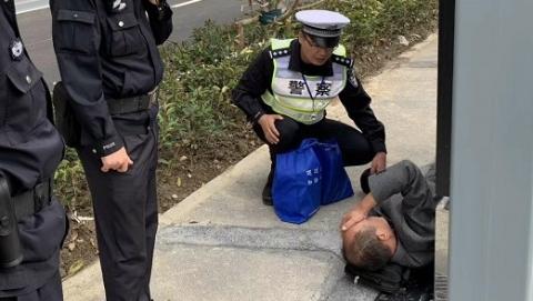 老人观展晕倒路边 民警及时救助化险为夷