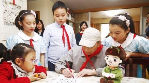 重阳节,沪小学生为革命老前辈送上有声礼物