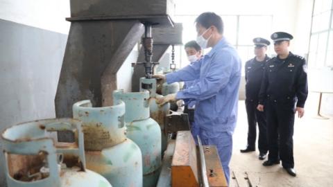 上海集中销毁非法液化石油气钢瓶
