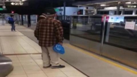 老人地铁站迷路 民警送其安全回家