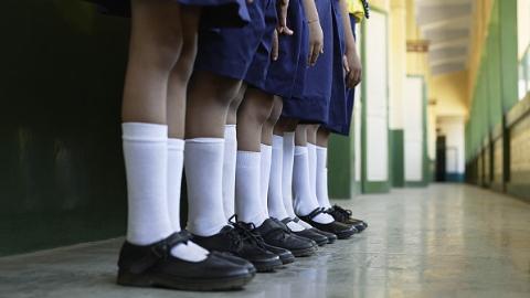 新民快评丨教师因罚站学生被关?滥用警权者须严肃问责