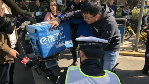 """一人一车一码!上海交警与企业合力""""放大招"""" 遏制外卖小哥交通违法"""