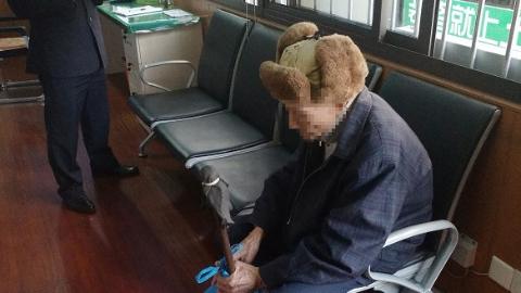 公交司乘与民警携手帮助迷失老人回家