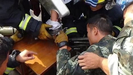 """浦东一男子手掌卷入绞肉机 消防队员3小时精细""""切割磨"""""""