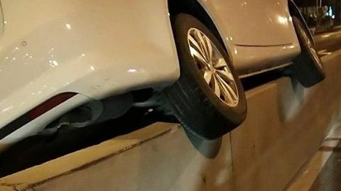 接连两辆车骑上宝安公路水泥隔离带 幸均未造成人员伤亡