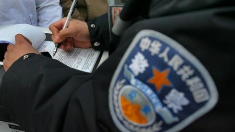 新闻追踪|边打手机边开车的违法司机找到了 已被交警处罚