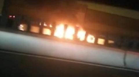 北翟高架车辆突起大火 车辆烧成空壳所幸无人伤亡